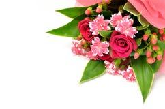 Schöner Blumenstrauß der Rosen und der Gartennelken. Lizenzfreie Stockfotos