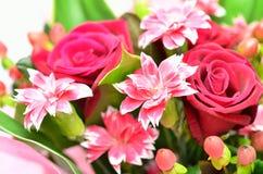 Schöner Blumenstrauß der Rosen und der Gartennelken. Lizenzfreie Stockbilder