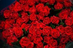 Schöner Blumenstrauß der roten Rosen lizenzfreie stockfotos