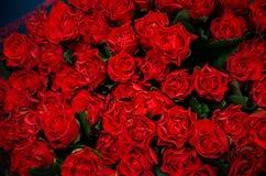 Schöner Blumenstrauß der roten Rosen lizenzfreies stockbild