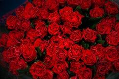 Schöner Blumenstrauß der roten Rosen stockbild