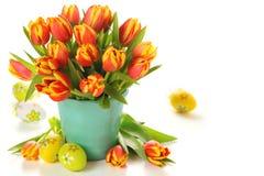 Schöner Blumenstrauß der Tulpen im Vase mit Eiern Stockfotos