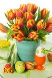 Schöner Blumenstrauß der Tulpen mit Ostereiern. Stockfoto