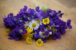 Schöner Blumenstrauß der wilden Blumen Stockfoto