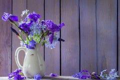 Schöner Blumenstrauß mit Iris auf Holztisch Stockfoto