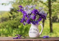 Schöner Blumenstrauß mit Iris auf Holztisch Lizenzfreies Stockfoto