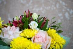 Schöner Blumenstrauß mit rosa Rosen, gelben Chrysanthemen und purpurrotem Alstroemeria Zarter Frühlingsblumenstrauß lizenzfreie stockfotografie
