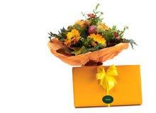 Schöner Blumenstrauß und Schokolade Stockbilder