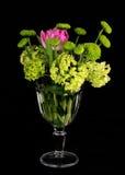 Schöner Blumenstrauß von Blumen im Glasvase auf schwarzem Hintergrund Lizenzfreies Stockfoto