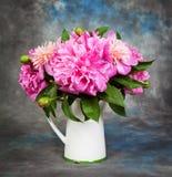 Schöner Blumenstrauß von Blumen - Pfingstrosen. Lizenzfreies Stockfoto
