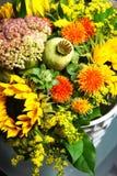 Schöner Blumenstrauß von Blumen und von Sonnenblumen Stockbild