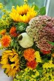 Schöner Blumenstrauß von Blumen und von Sonnenblumen Stockfotos