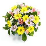 Schöner Blumenstrauß von gelben, rosa und blauen Blumen auf einem weißen Hintergrund als Geschenk Stockfotos