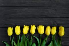 Schöner Blumenstrauß von gelben Tulpen in Folge auf Tabelle Draufsicht, flache Lage lizenzfreies stockbild