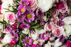 Schöner Blumenstrauß von hellen Blumen schließen oben Stockbild