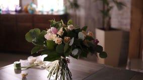 Schöner Blumenstrauß von Pastellfarbblumen steht auf den Stämmen auf einer grauen Tabelle nach den Blume masterclass Blumen stock video footage