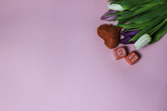 Schöner Blumenstrauß von purpurroten Tulpen auf rosa Hintergrund Stockfotos
