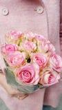 Schöner Blumenstrauß von rosa Rosen in Frau ` s Händen lizenzfreies stockfoto
