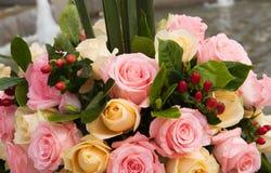 Schöner Blumenstrauß von Rosen an der Hochzeit oder am Ereignis lizenzfreies stockbild