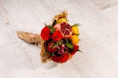 Schöner Blumenstrauß von Rosen und von Früchten Stockbild