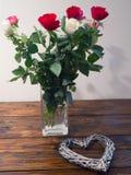 Schöner Blumenstrauß von Rosen und von Herzformen Stockfotografie