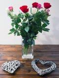Schöner Blumenstrauß von Rosen und von Herzformen Stockfotos