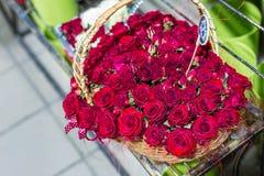 Schöner Blumenstrauß von rote Rosen iin Form des Herzens Blumen im Weidenkorb Blumenmarkt oder -Shop Floristenservicekonzept wed lizenzfreie stockbilder
