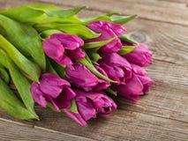 Schöner Blumenstrauß von Tulpen auf dem alten Brett Stockbilder