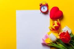 Schöner Blumenstrauß von Tulpen und von Papier Stockfoto