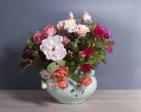 Schöner Blumenstrauß von verschiedenen Rosen von verschiedenen Farben stockfotografie