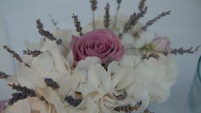 Schöner Blumenstrauß von weißen Hortensien und von Rosarose ist im Raum stock video