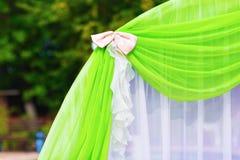 Schöner Bogen auf einer Hochzeitszeremonie lizenzfreie stockbilder