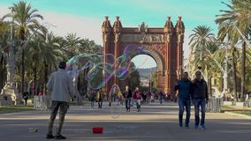 Schöner Bogen in Bracelona von Spanien Viel touristisches Gehen vor dem Bogen Arc de Triumfo 27 11 Spanien 2018 stock video