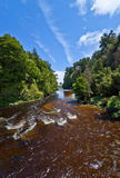 Schöner brauner vulcanic Fluss Lizenzfreies Stockfoto