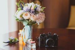 Schöner Brautblumenblumenstrauß in der Nahaufnahme mit Kamera Lizenzfreies Stockfoto