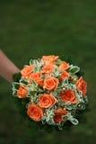 Schöner Brautblumenstrauß auf Grün Lizenzfreie Stockfotografie