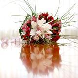 schöner Brautblumenstrauß an einem Hochzeitsfest Stockbild