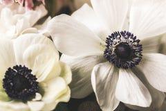 Schöner Brautblumenstrauß und Eheringe stockfoto