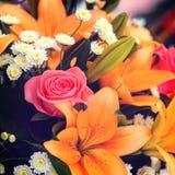 Schöner Brautblumenstrauß von Lilien und von Rosen Stockfotos