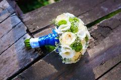 Schöner Brautblumenstrauß von weißen und blauen Blumen Stockfoto