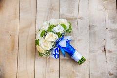 Schöner Brautblumenstrauß von weißen und blauen Blumen Stockfotos