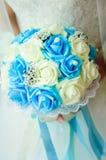 Schöner Brautblumenstrauß von weißen und blauen Rosen Nahaufnahme stockfoto