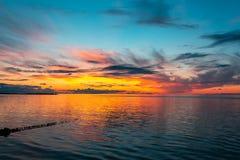 Schöner brennender Sonnenunterganghimmel auf dem Strand stockfoto