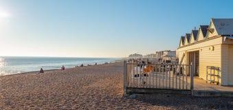 Schöner Brighton-Strand ist ein populärer Platz im Sommer - BRIGHTON, VEREINIGTES KÖNIGREICH - 27. FEBRUAR 2019 stockbild