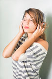 Schöner Brunette in den Kopfhörern, Augen geschlossen. Stockbilder