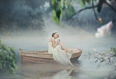 Schöner Brunette, der über schönem romantischem aufwirft lizenzfreies stockfoto