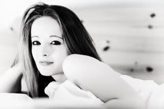 Schöner Brunette, der schön aufwacht Lizenzfreies Stockfoto