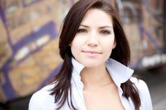 Schöner Brunette in einem ergatterten Hemd Lizenzfreies Stockfoto