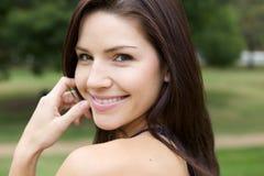 Schöner Brunette in einem ergatterten Hemd Lizenzfreie Stockfotos