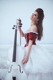 Schöner Brunette in einem Kleid stockfotografie